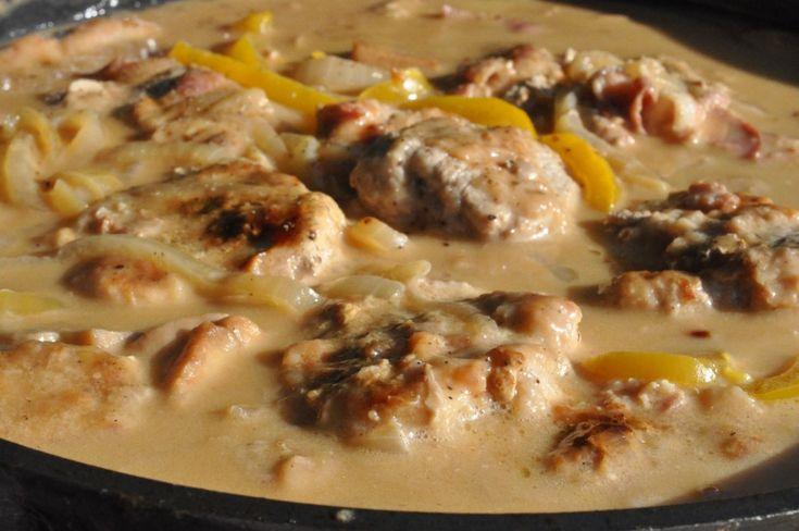 I går skrev jeg om en lækker mangosalsa/chutney vi spiste forleden som tilbehør til en lækker ret med mørbradbøf i flødepebersauce. Det er denne ret du skal høre om i dag. Mørbradbøffer i flødesauce med krydret pebersauce. Det kan da