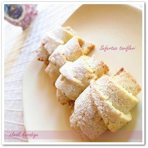 ELMALI GEVREK KURABIYE TARIFI 1/2 paket oda sıcaklığında tereyağı veya margarin 1 çay bardağı sıvıyağ 1 yemek kaşığı yoğurt 2 yemek kaşığı pudra şekeri 1 çimdik tuz 1 paket kabartma tozu 1 paket vanilya Aldığı kadar un Elmalı harcı: 4 adet elma 4-5 kaşık şeker 1 çay kaşığı tarçın 1 çay bardağı ceviz kırığı ELMALI GEVREK KURABİYE nasıl yapılır? İç harcını önceden hazırlayıp soğutmamız gerekiyor bunun için öncelikle elmaların kabuklarını soyalım ve rendeleyelim Üzerine toz şekeri koyup ocakta…