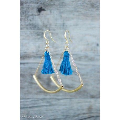Boucles d'oreilles COLOR TUBE composées de perles tubes courbées glissées sur une fine chaîne et d'un pompon de couleur bleu canard.