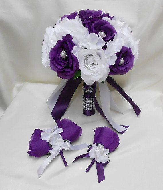 Ce paquet de soie de fleur de mariage est fait avec des Roses pourpres blancs et noir, ruban aubergine et hortensias blancs. Les roses pourpres dans le bouquet de la mariée sont centrés avec perles de cristal.  26 pièces paquet comprend :  Bouquet rond de 1 mariée (rond de 10 po) 1 mélanger le bouquet rond (rond de 7 po) 1 demoiselle dhonneur ronde bouquet (rond de 9 po) 4 demoiselles dhonneur autour de bouquets (ronds de 8 po) Fleur à la boutonnière du 1 marié 1 boutonnière de homme best 4…