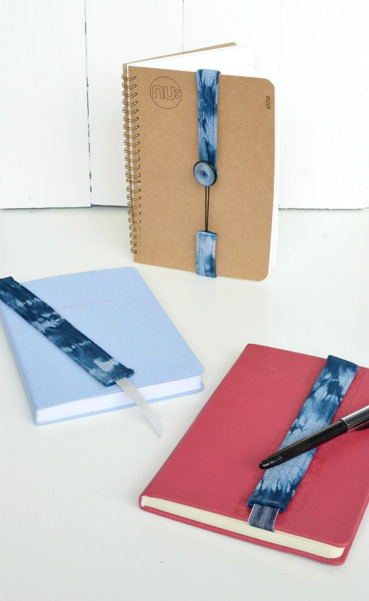 Tutorial for three different styles of bookmark, using a quick and simple technique. DIY elastic fabric bookmarks.