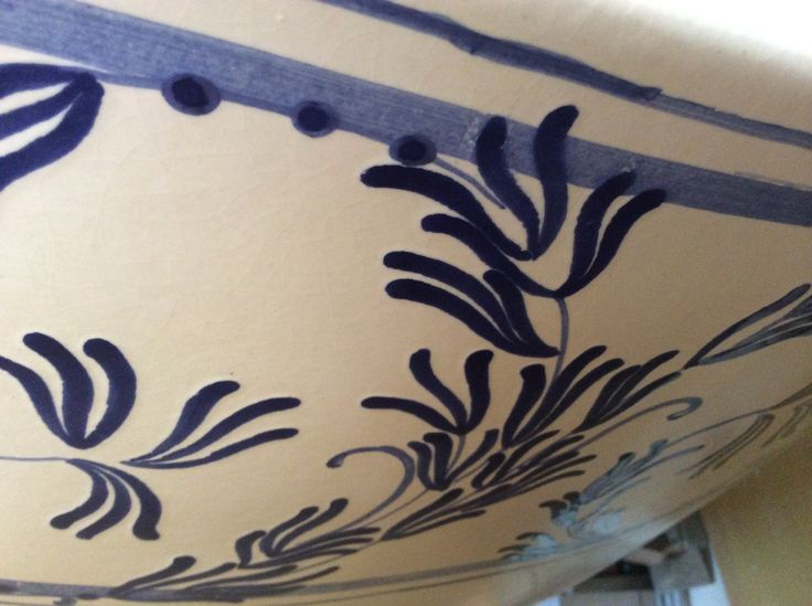 Pennellate di smalto blu su fondo bianco antico.  #stufecollizzolli #stufe #handmade #madeinitaly #fattoamano #artigianato #design #italy #arte #qualità #home #casa #arredamento #arredamentocasa #interiordesign #designhome #processoartigianale #ceramica #ceramicart #maiolica #argilla #kachelofen #cotturainforno #pittura #incisioni #rilievi #decorazioni #trentino #bolbeno
