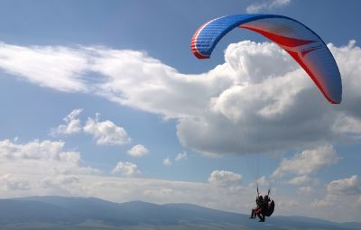 PARAPANTĂ - EuZbor.ro sustinut de FlightBooster.com  Dacă îţi doreşti să treci dincolo de vis şi să încerci să zbori şi în realitate, cea mai la îndemană modalitate este zborul cu parapanta (denumit de pasionaţi...» Află mai multe