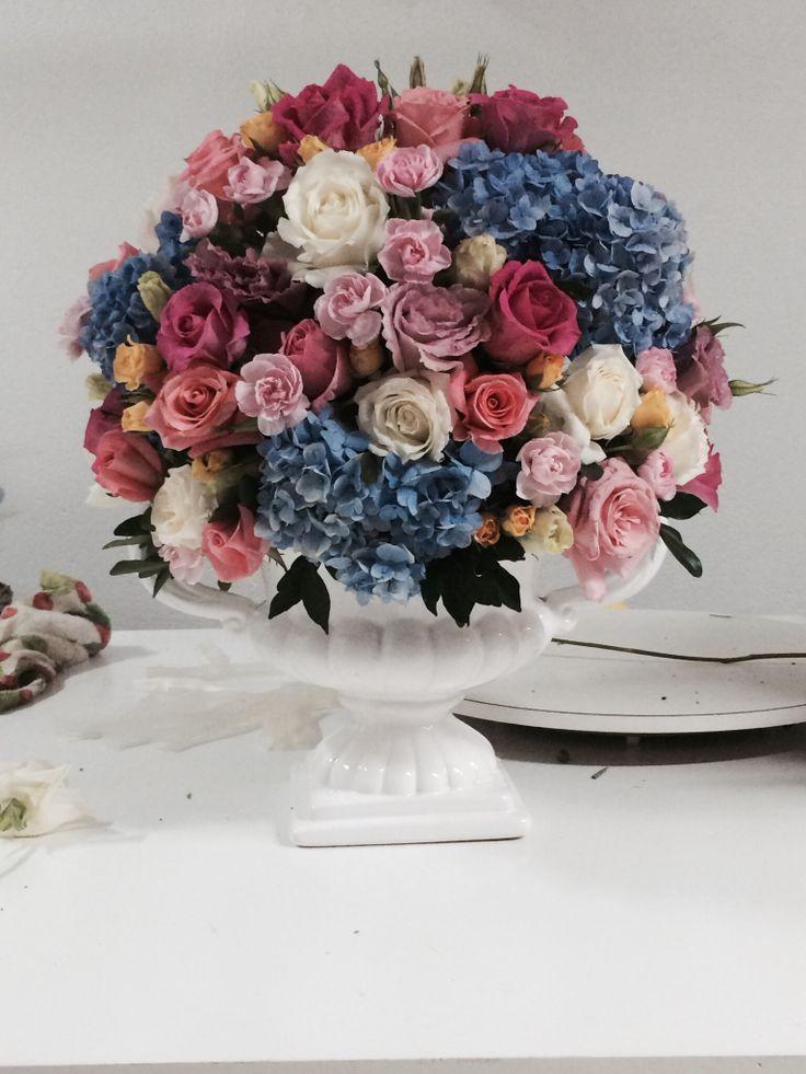 Arranjo com hortências, rosas, mini rosa, cravineas. Azul, rosa, amarelo, lilás e branco