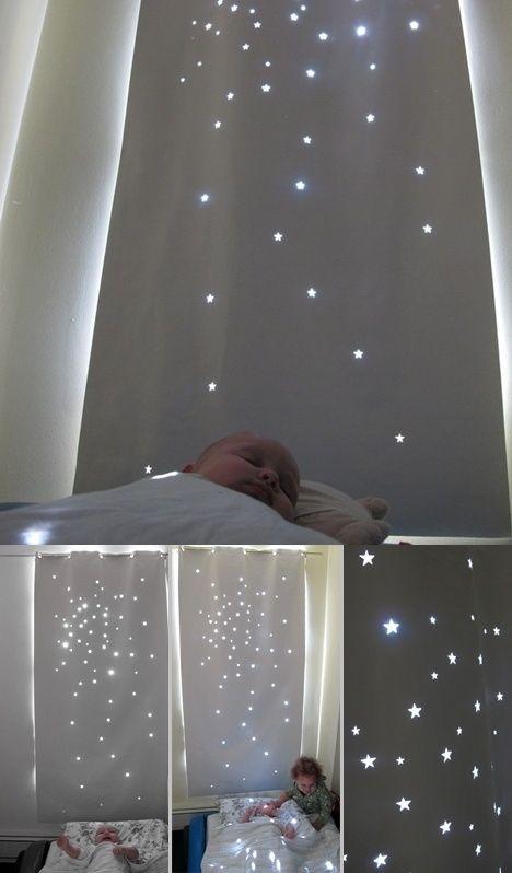 Maak deze mooie sterrenhemel voor de kinderkamer eenvoudig zelf. Het is even wat werk maar als je er de tijd voor neemt heb je later wel een enorm leuk rolgordijn voor op de kinderkamer. Je kunt de sterren stansen/snijden uit een rolgordijn maar je kunt het ook uit een stuk wit doek dat je zoals op de foto met ringen aan een roede ophangt. Het sterreneffect is zo gezellig en rustgevend voor je kleintje dat het hen waarschijnlijk wel zal helpen bij het slapen gaan.