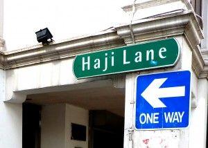 di Singapura ada satu lorong unik terselip, yaitu Haji Lane. Terletak di daerah Kampong Glam, tidak jauh dari Arab Street yang terkenal dengan kafe-kafe bermenu Timur Tengah. Dapat dicapai dengan berjalan kaki sekitar 10 menit dari stasiun MRT Bugis. Berjalan-jalan ke Haji Lane memang enaknya menjelang sore hari, karena sebagian besar toko dan kafe baru membuka pintu mereka di tengah hari. Tempat ini cocok untuk fotografi dan yg suka hal hal unik, including me! xoxo #SGTravelBuddy