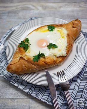 Chaczapuri adżarskie. Przepis na gruzińskie chaczapuri adżaruli z serowym nadzieniem i jajkiem. Ciasto na chaczapuri.