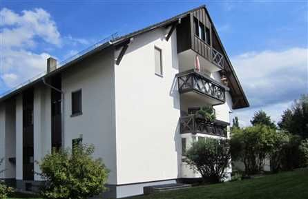 4 Zimmer-Maisonette-Wohnung in Kirchzarten: Die Maisonettewohnung befindet sich in der 3. Etage eines ruhigen und gepflegten 10-Familienhauses. Die Ausrichtung der Wohnung und der Balkone gehen nach Süd-Westen.