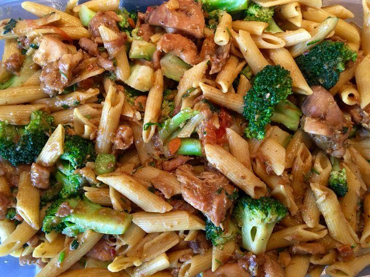 Pasta penne met kip en brocolli Nodig: 500 gr penne pasta ( mag ook macaroni of fusilli zijn) 800 gr kipfilet / dijfilet in grove blokjes en gewassen met azijn of citroen 2 brocolli in roosjes gesneden en lichtjes geblancheerd 4 eetlepels gekruide pittige ketjap 1 eetlepels gemberpoeder 1 theelepel chinese five spices 1 eetlepel limoensap 1 ui gesnipperd 8 tenen knoflook 1 peper fijn gesneden Wat gesneden selderij of peterselie Kook de pasta gaar in heet water Bak de kip met uien knoflook en…