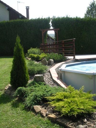 J'aime bien ce qu'ils ont fait autour de leur piscine hors-terre, à garder pour idée future!