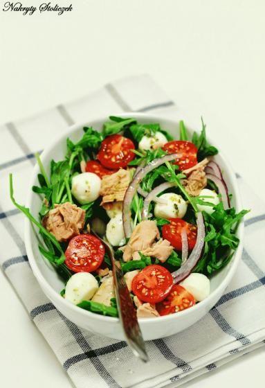 Zdjęcie - Sałatka z rukolą i tuńczykiem - Przepisy kulinarne ze zdjęciami