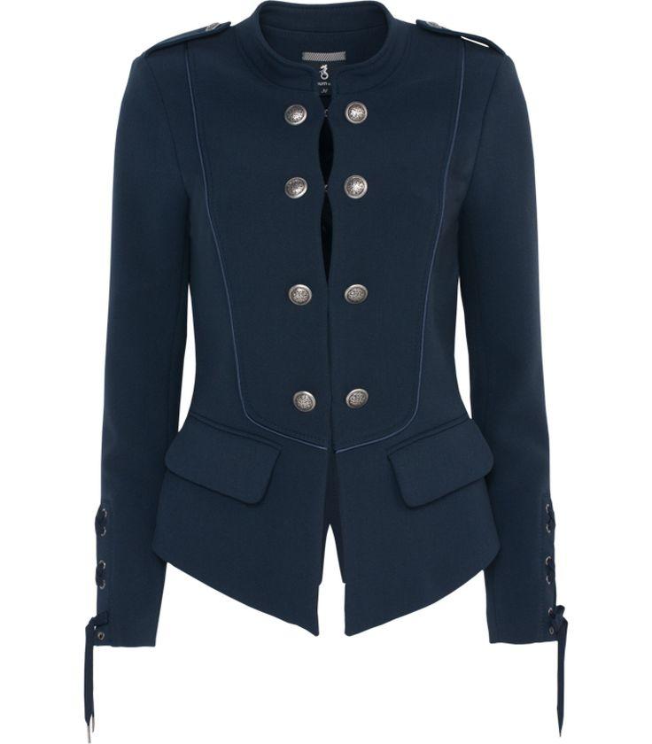 Deze stijlvolle military-based blazer is een echte must have dit seizoen. De revers en vetersluiting aan de mouwen stralen luxe uit. Combineer de blazer met je blouses en draag door als tussenjas.