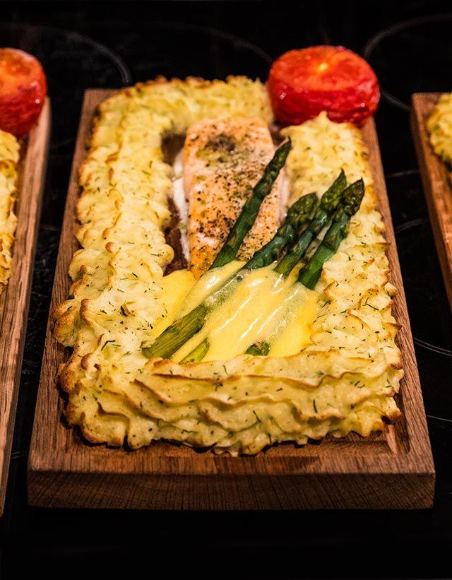 Laxplanka med lax och pommes duchesse