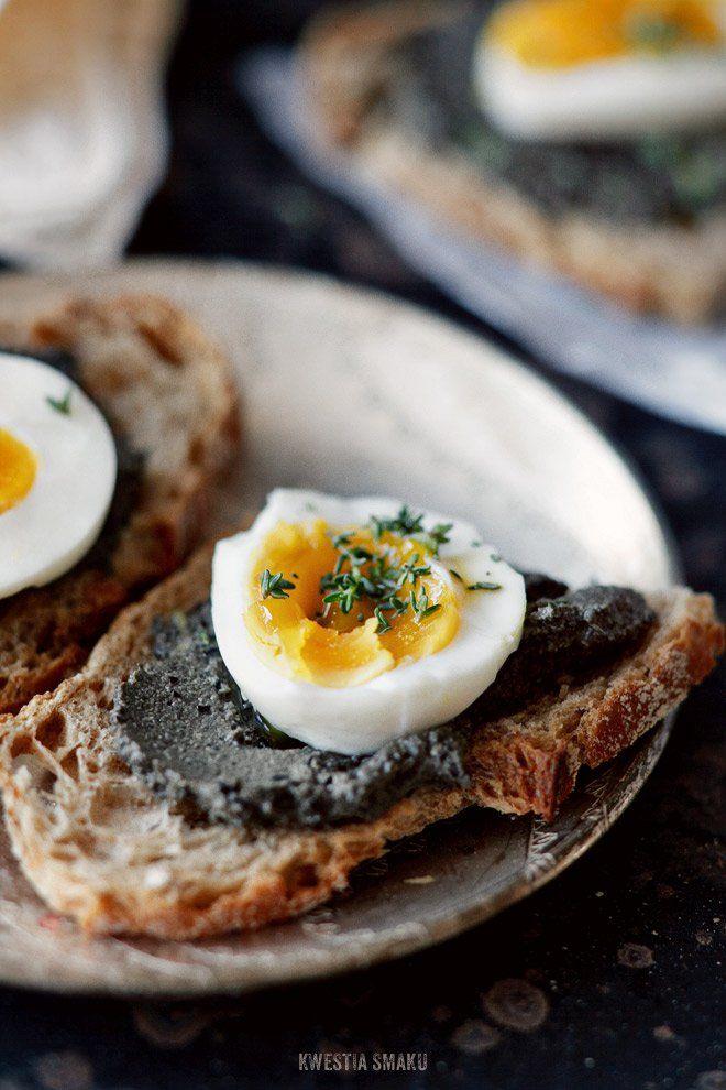 Kanapka z pastą z czarnych oliwek i jajkiem