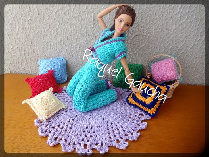 #Crochet #Almofadas #Cléa5 #Anne #Tapete #CamilaFashion #Barbie #Muñeca #Doll #Roupa #Blusa #Colete #Vest  #Calça #Pantalon #Pants #RaquelGaucha