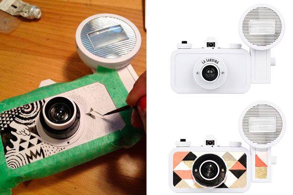 La sardina es la nueva cámara analógica que está de moda. Y ahora, además de su lente gran angular, la rueda para rebobinar y el dispositivo para múltiples exposiciones, vienen en blanco junto a un set de marcadores para customizarlas a gusto. ¿Qué le dibujarías?. Foto:lomography.es