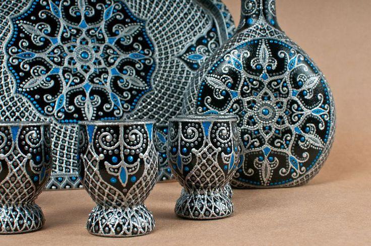 """Набор посуды для украшения кухни, гостиной, столовой и для праздничного застолья с ручной росписью в стиле """"point-to-point"""". Роспись в классической серебряно-синей цветовой гамме. Роспись прочная, стойкая к истиранию. Объем бутылки 0.5 литра, стопки стандартные"""
