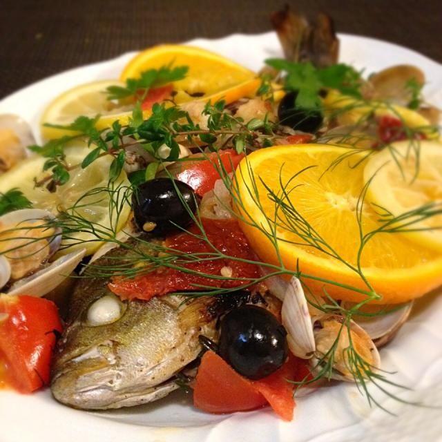 アクアパッツァ。狂ったお水という意味で、水だけで狂ってしまうほど美味しい南イタリアの漁師料理なんだそう。 お水とほんの少しの塩コショウだけで、驚くほど美味しいです♡( ᵕ̤ૢᴗᵕ̤ૢ )♡ オレンジとレモンがポイントです☆  今夜はいさきをゲット出来たので久々に作りました。 今夜も美味しかった〜(๑´ڡ`๑) - 350件のもぐもぐ - アクアパッツァ♡ by May