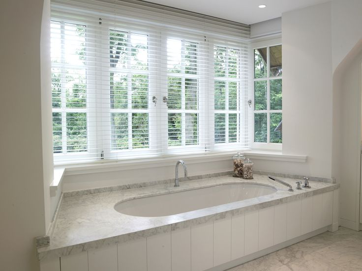 Villabouw Sels. My Dream. Built in tub with marble slab, under a lovely row of windows.