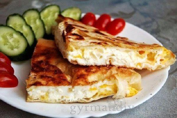 Лаваш с яйцом на сковороде  Быстрый, вкусный и не ординарный завтрак.  Ингредиенты: — 1 лист лаваша — 4 яйца — 70гр сыра сулугуни — 1 столовая ложка сливочного масла — соль, перец по вкусу Быстрый, вкусный и не ординарный завтрак...Ингредиенты:.- 1 лист лаваша.- 4 яйца.- 70гр сыра сулугуни.- 1 столовая ложка сливочного масла.- соль, перец по вкусу..Сковороду поставить на огонь и растопить сливочное масло..Дно сковороды уложит...
