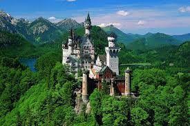 Besöka Neuschwanstein i Tyskland.  Måste inkludera att det känns som att man är i en Disneyfilm!