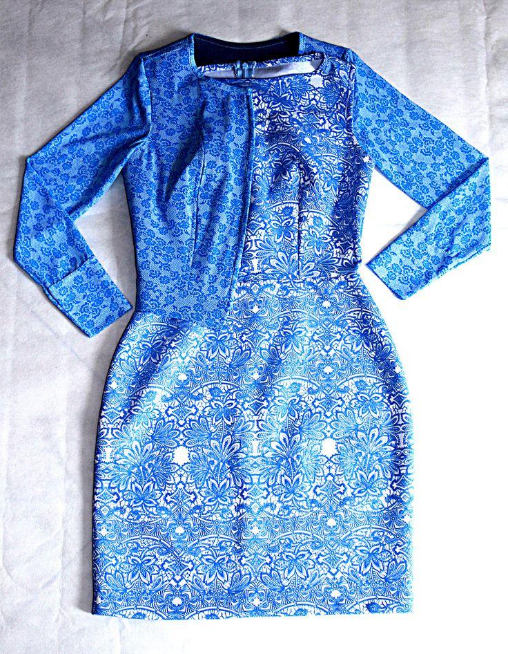 Vestido corto en falda recta en scuba estampada y cardigan en mayatex estampada en flores con jean.