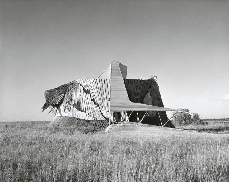 """Mit der hölzernen Greene Residence schuf sich der amerikanische Architekt Herb Greene nicht nur sein ganz persönliches Traumhaus und Eigenheim in der Prärie von Oklahoma, sondern prägte damit gleichzeitig den organischen Modernismus der Architektur. Das """"Life Magazine"""" bezeichnete es wegen seiner Form als """"Prairie Chicken House"""", Shulman fotografierte es 1961."""