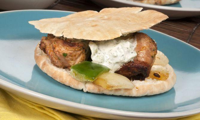kebab de cordero con tzatziki