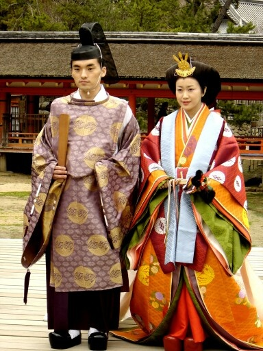 Heian period dress これが1000年頃の衣装であることに驚く。実に色彩豊かではないか。西洋や中国はどうだったのだろう?
