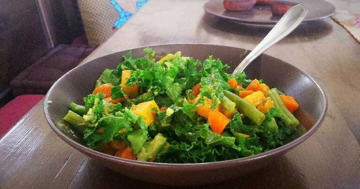 Fabulosa receta para Ensalada de kale, dados de calabaza, aguacate, judías verdes y zanahoria.