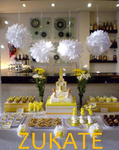 Decoración de fiesta de 1ra comunión de blanco con amarillo para niñas.