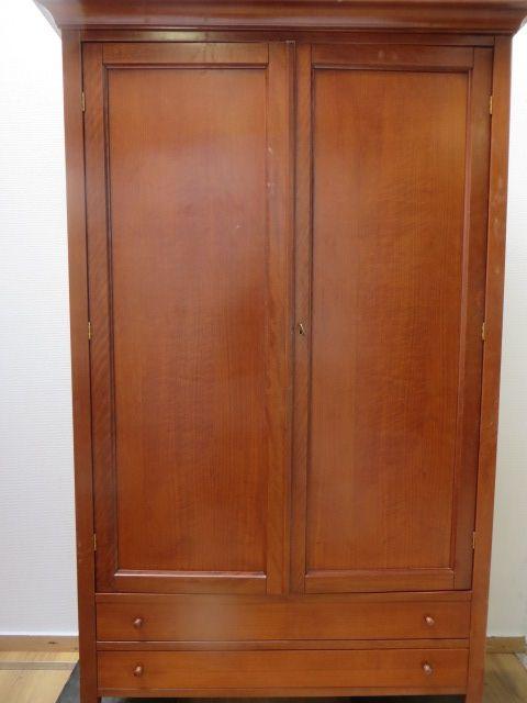 Mooi 2 deurs kast met schappen en 2 laden onderin. Breed 1 meter, diep 0.55 en hoog 1.80 cm.
