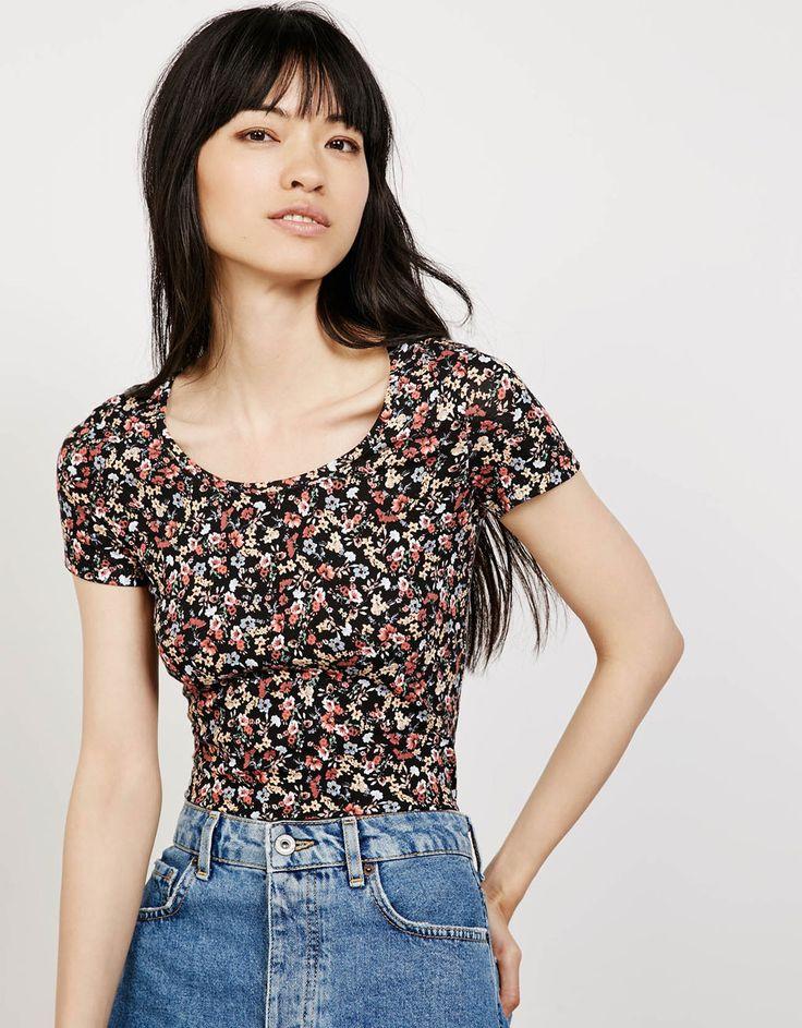 Camiseta algodón lycra tiras cruzadas en espalda - Flower print - Bershka España