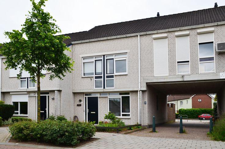 Burgemeester van Tuyllplein 14 te Terborg  Bijzonder ruime poortwoning (ca. 400m³ inhoud) welke een zeer geschikte mogelijkheid biedt voor kantoor of praktijk aan huis. Met voor- en achtertuin gelege