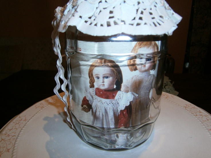 barattolo con centrino e bambole