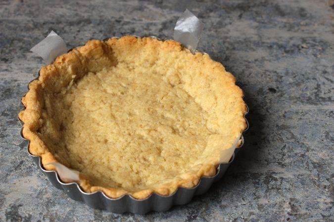 Mijn basisrecept voor zandtaartbodems is dit zoet taartdeeg recept. Ik gebruik het zowel voor vullingen die wel of niet meegebakken moeten worden.