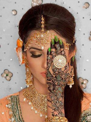 Here is a henna design featuring Arabic style flowers and mango designs, accentuated by green fillings and black outlines for the motifs. Adding texture to the design is the green glitter, and the green nail polish completing the lovely artistic design. #shaadimagazine #shaadihenna
