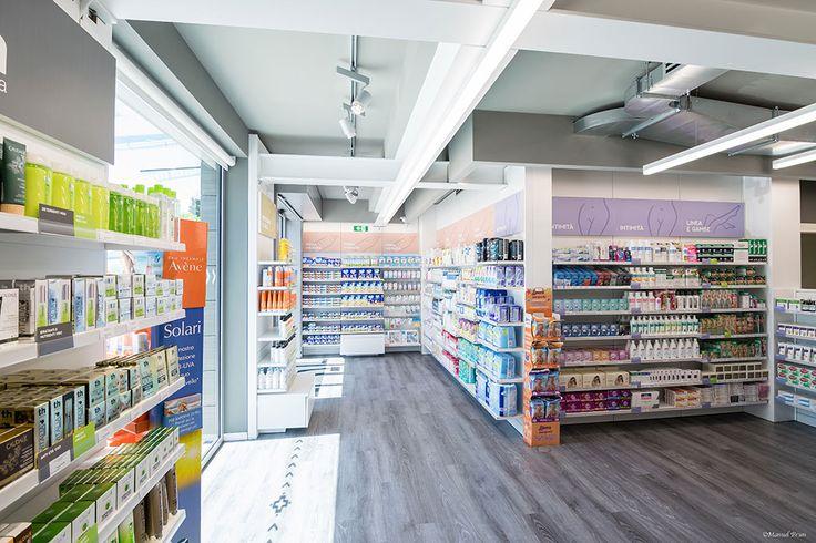 Farmacia Pasubio - Schio Gattuso è intervenuta su una struttura preesistente della quale è stato rivisitato interamente l'involucro esterno per rendere più d'impatto l'immobile; è stato effettuato un rifacimento di tutti gli interni, adottando sistemi progettuali innovativi volti a migliorare la presentazione e la fruibilità dei prodotti con lo studio del visual merchandising. #farmacia #pharmacy #interiordesing #desing #visual #visualmerchandising #arredamento #arredamentod'interni #shop