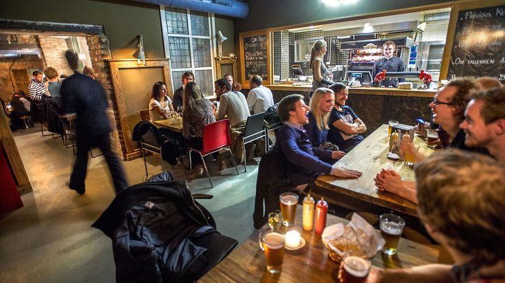 Sentralt plassert i første etasje står tre store rustfrie tanker hvor husets øl brygges. I tillegg til et rikt utvalg av egne ølsorter finnes det mer enn nok å velge fra andre produsenter.