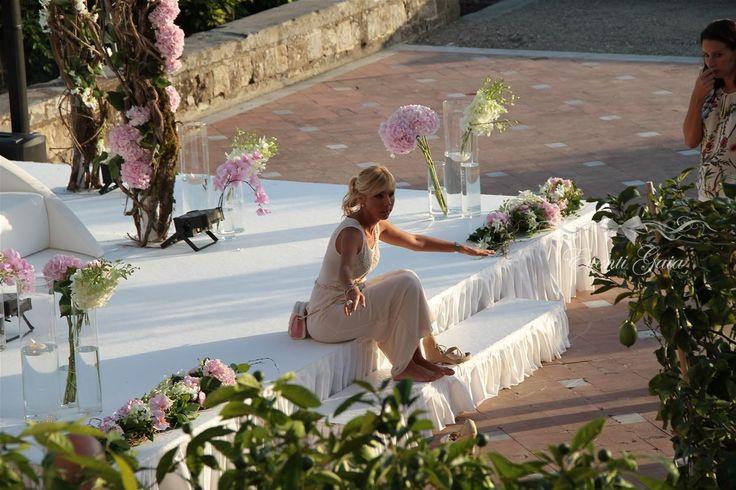 wedding planner at work #weddingitaly #weddingplanner #weddingplanneritaly #luxurywedding #tuscanwedding #weddings  #pinkpeonies  #flowers #arabicwedding