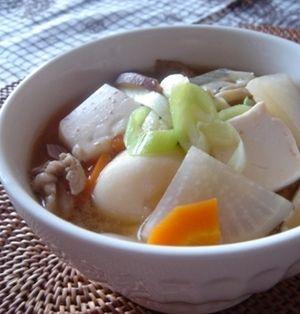 大勢でも一人でも!!お家で芋煮会を楽しもう♪ - ライブドアニュース 山形の庄内地方や宮城県の芋煮は豚肉を使った味噌味☆豚汁のじゃがいもを里芋に変えたものに近く、ほっとする味ですよ♪