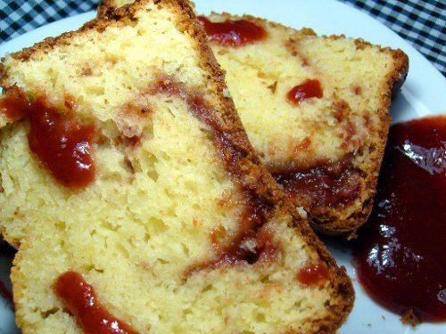 Bolo Romeu e Julieta ovos (gemas e claras separados); 2 colheres (sopa) de margarina derretida; 1 xícara e meia (chá) de açúcar; 50 gramas de queijo parmesão ralado; 1 xícara (chá) de requeijão; 1 xícara (chá) de creme de leite; 2 xícaras e meia (chá) de farinha de trigo; 1 colher (sopa) de fermento químico em pó. 250 gramas de doce de goiaba (ou goiabada derretida com um pouquinho de água).