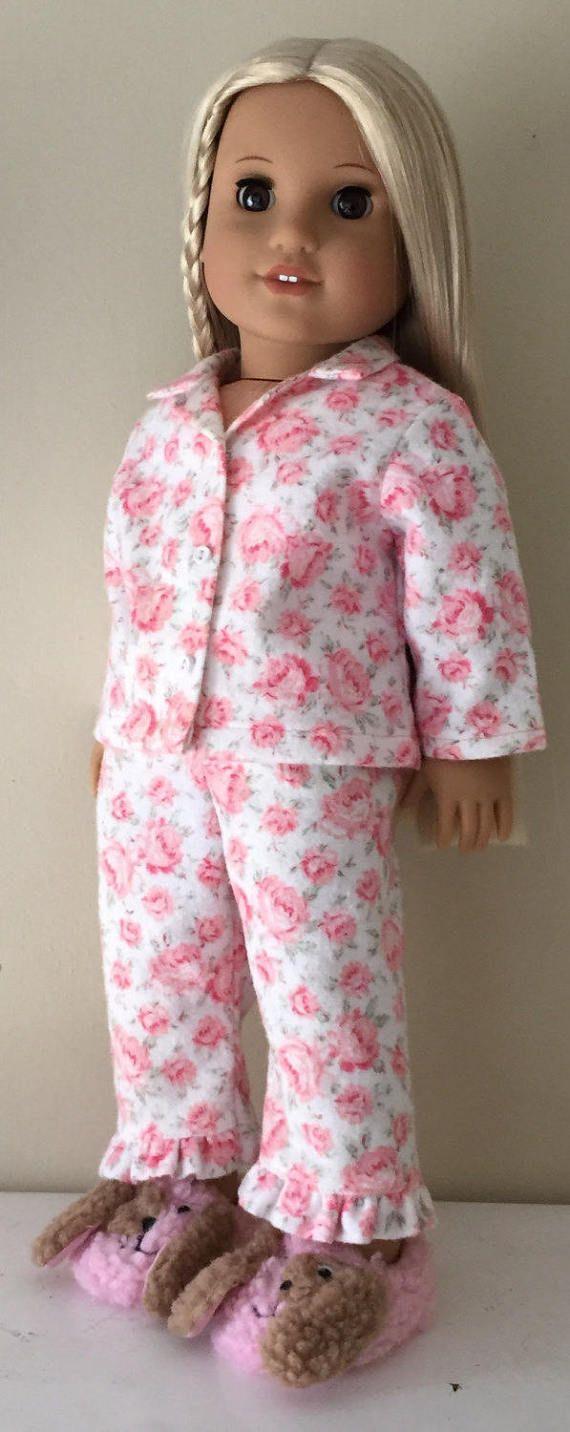 Estos pijamas clásicos tienen suficiente sensación retro a juego, también, Molly, y Julie, pero también son perfectos para las muñecas de hoy! Están hechas de franela super suave con un patrón de exuberante repollo rosa. La parte superior encaje en el frente por debajo de los