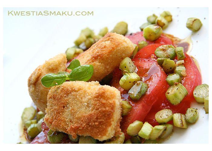 Sałatka ze smażonym camembertem i szparagami   Kwestia Smaku