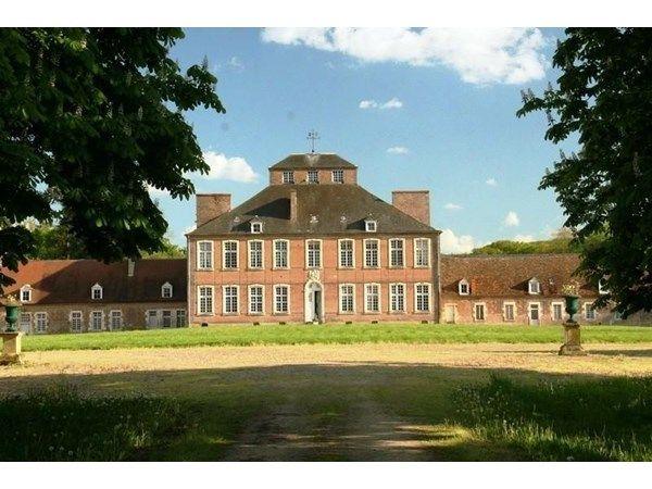 Bourges, FR -  Le château a été édifié sous la Régence (première partie du 18ème siècle), en briques polychromes typiques de l'architecture bourbonnaise, sur les bases d'un château fort plus ancien.