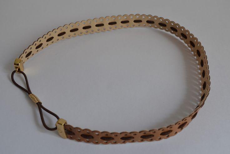 Headband Couro Vazado Dupla Face com detalhe em camurça marrom.  Acabamento Dourado.