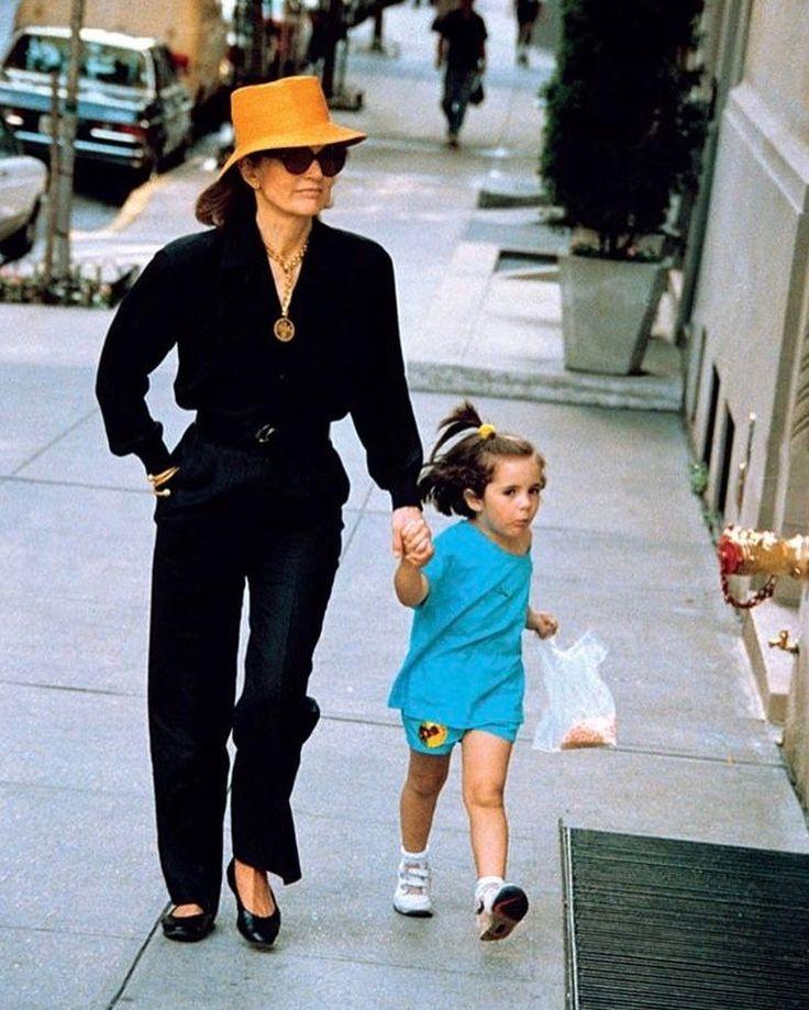 "1,370 Me gusta, 25 comentarios - Jackie Bouvier Kennedy Onassis (@jkennedyclass) en Instagram: ""Jacqueline Kennedy Onassis, 62, and granddaughter Rose Kennedy Schlossberg, 4, walk down 5th Avenue…"""