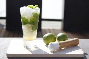 De meest populaire cocktail van de laatste jaren: de Mojito. Heerlijk frisse klassieker. Maak zelf je eigen verse Mojito met het recept op Cocktailicious.nl