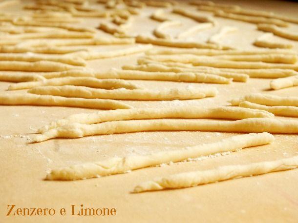 Gli strozzapreti sono un formato di pasta fresca facilissimo da preparare. Bastano pochissimi semplici ingredienti per realizzarli.