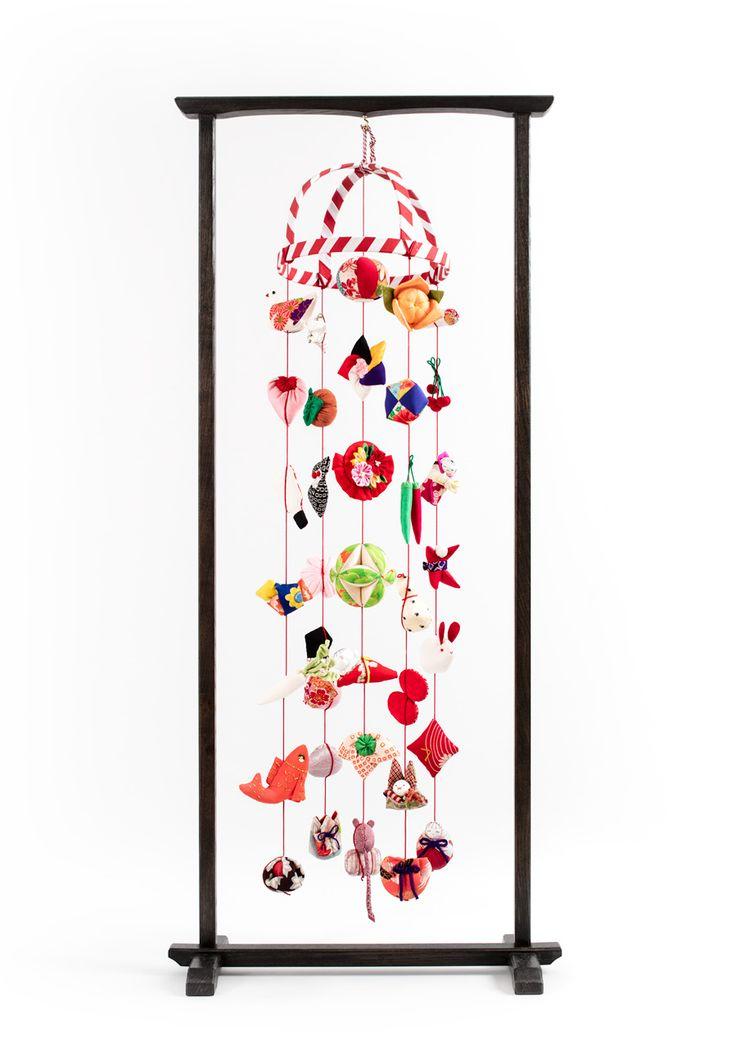 ひと針ひと針、ていねいに縫って仕立てたお細工物をひもで下げた『雛のつるし飾り』伊豆稲取にふるくから伝わる桃の節句の風習です。稲取のつるし飾りは、きらびやかではないけれど、素朴で愛情たっぷりの『お守り』。